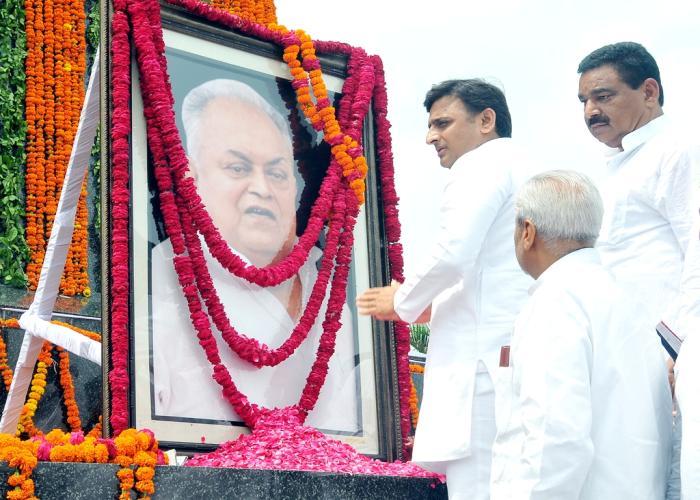 मुख्यमंत्री अखिलेश यादव 5 अगस्त, 2015 को स्व0 जनेश्वर मिश्र की 83वीं जयंती पर जनेश्वर मिश्र पार्क में उन्हें श्रद्धांजलि देते हुए।
