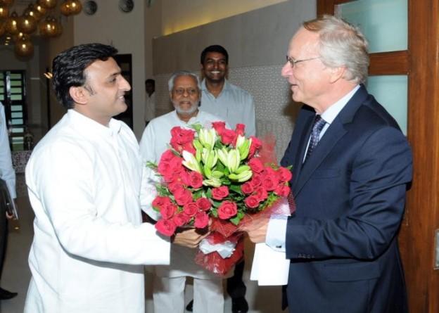 मुख्यमंत्री श्री अखिलेश यादव 15 सितम्बर, 2014 को अपने सरकारी आवास पर नीदरलैण्ड्स के राजदूत श्री एलफाॅन्सस स्टोलिंगा का स्वागत करते हुए।