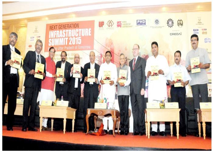 उत्तर प्रदेश के मुख्यमंत्री श्री अखिलेश यादव 6 अगस्त, 2015 को लखनऊ में पीएचडी चैम्बर्स आॅफ काॅमर्स द्वारा प्रकाशित प्रोग्रेसिव उत्तर प्रदेश नामक पुस्तिका का विमोचन करते हुए।