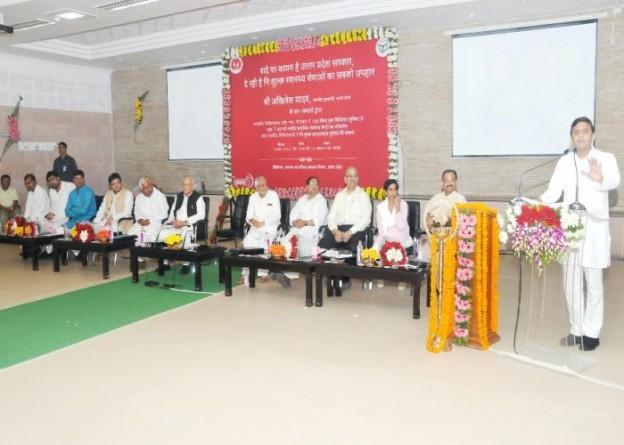 उत्तर प्रदेश के मुख्यमंत्री श्री अखिलेश यादव 7 अगस्त, 2015 को लखनऊ स्थित अपने सरकारी आवास पर चिकित्सा एवं स्वास्थ्य विभाग के कार्यक्रम को सम्बोधित करते हुए।