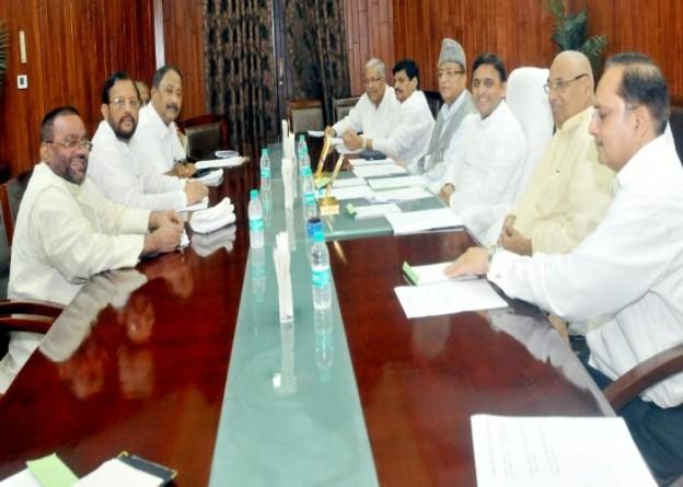 विधान सभा अध्यक्ष श्री माता प्रसाद पाण्डेय एवं मुख्यमंत्री श्री अखिलेश यादव 13 अगस्त, 2015 को लखनऊ में सर्वदलीय बैठक में विचारविमर्श के दौरान।
