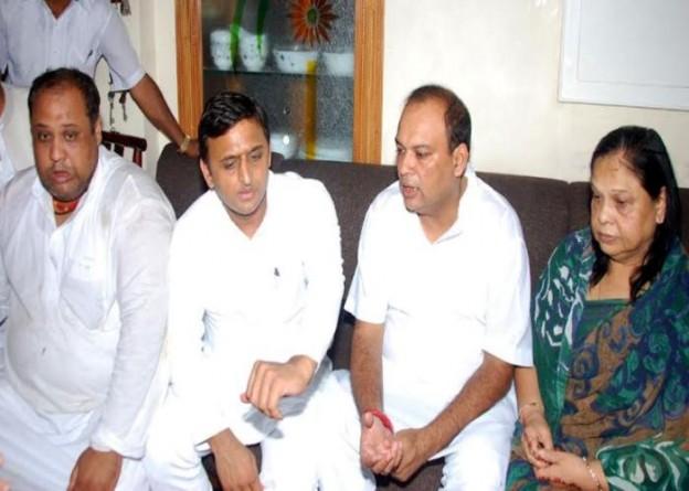 मुख्यमंत्री श्री अखिलेश यादव 20 अगस्त, 2015 को दिवंगत राज्य मंत्री चितरंजन स्वरूप के मुजफ्फरनगर स्थित आवास पर उनके शोक संतप्त परिजनों से मुलाकात कर ढाढ़स बंधाते हुए।