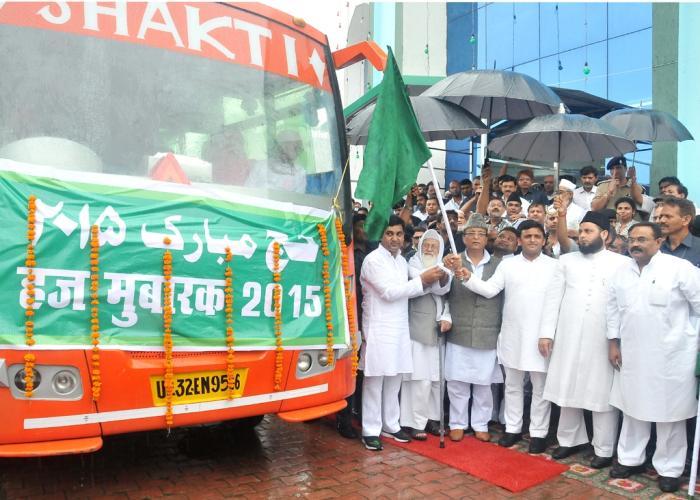 मुख्यमंत्री श्री अखिलेश यादव 16 अगस्त, 2015 को मौलाना अली मियां मेमोरियल हज हाउस, लखनऊ से हज यात्रियों के पहले जत्थे को रवाना करते हुए।
