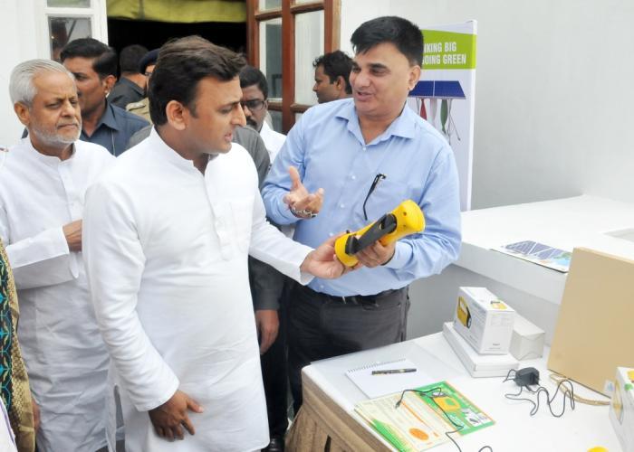 मुख्यमंत्री श्री अखिलेश यादव 21 अगस्त, 2015 को होटल ताज में रीइन्वेस्ट कार्यक्रम के अवसर पर सौर ऊर्जा उपकरणों की प्रदर्शनी को अवलोकित करते हुए।