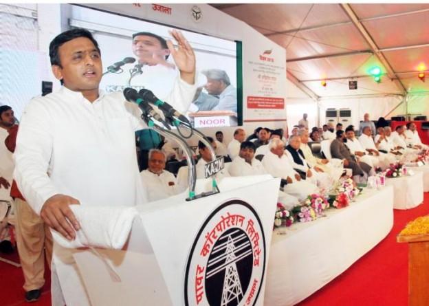 उत्तर प्रदेश के मुख्यमंत्री श्री अखिलेश यादव 22 अगस्त, 2015 को लखनऊ में विद्युत उपकेन्द्रों के शिलान्यासलोकार्पण कार्यक्रम को सम्बोधित करते हुए।