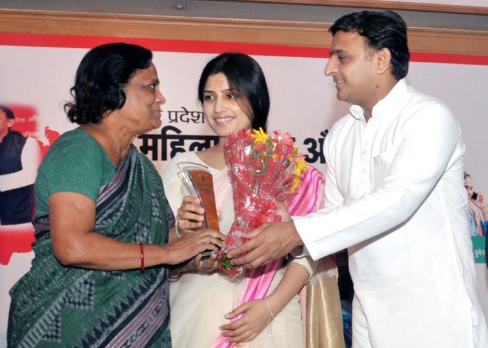 मुख्यमंत्री श्री अखिलेश यादव 27 अगस्त, 2015 को लखनऊ में 'महिला शिक्षा और सुरक्षा अभियान' के तहत एक महिला को सम्मानित करते हुए। साथ में हैं, सांसद श्रीमती डिम्पल यादव।