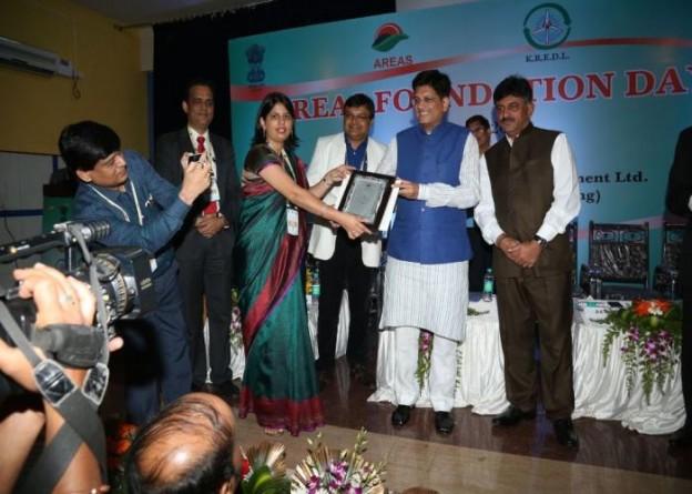 यूपीनेडा की निदेशक डाॅ0 श्रीमती काजल, ऊर्जा राज्य मंत्री श्री पीयूष गोयल से 27 अगस्त, 2015 को बैंगलोर में पुरस्कार प्राप्त करती हुईं।