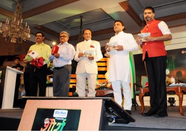 मुख्यमंत्री श्री अखिलेश यादव 26 अगस्त, 2015 को आयोजित 'शौर्य सम्मान' पर 'पुलिस विभाग की चुनौतियां एवं उनका समाधान' पुस्तक का विमोचन करते हुए।