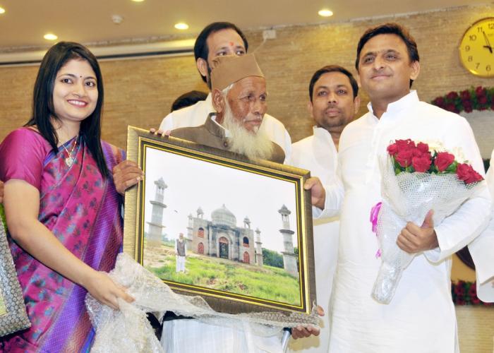 उत्तर प्रदेश के मुख्यमंत्री श्री अखिलेश यादव 28 अगस्त, 2015 को अपने सरकारी आवास पर जनपद बुलन्दशहर के श्री फैज़ुल हसन कादरी को सम्मानित करते हुए।