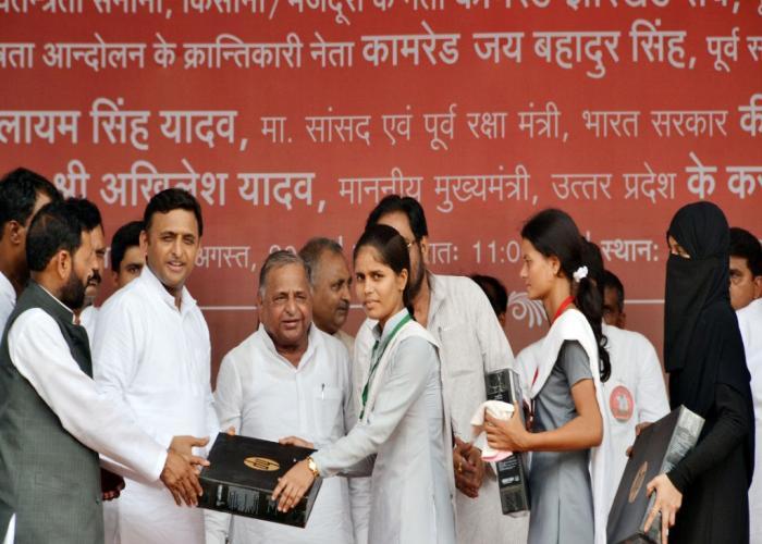 उत्तर प्रदेश के मुख्यमंत्री श्री अखिलेश यादव 31 अगस्त, 2015 को जनपद मऊ में मेधावी छात्रांओं को निःशुल्क लैपटाॅप वितरित करते हुए।