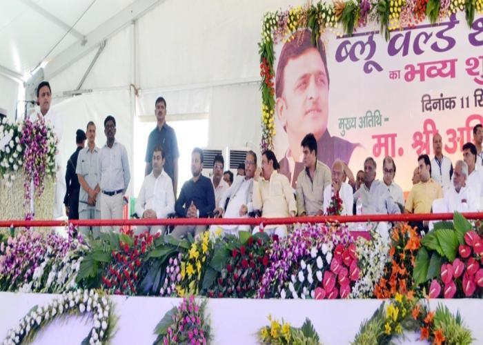 मुख्यमंत्री श्री अखिलेश यादव 11 सितम्बर, 2015 को बिठूर, कानपुर में ब्लू वल्र्ड मनोरंजन पार्क के शुभारम्भ अवसर पर आयोजित कार्यक्रम को सम्बोधित करते हुए।