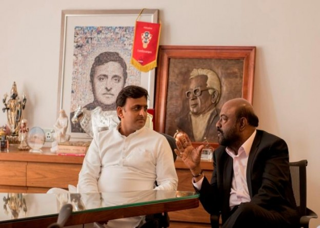 मुख्यमंत्री श्री अखिलेश यादव से 12 सितम्बर, 2015 को सरकारी आवास पर एच0सी0एल0 कम्पनी के संस्थापक तथा शिव नाडर फाउन्डेशन के अध्यक्ष श्री शिव नाडर विचारविमर्श करते हुए।