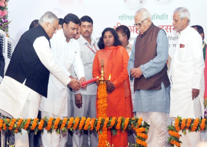 राज्यपाल एवं मुख्यमंत्री श्री अखिलेश यादव 9 सितम्बर, 2015 को जनपद बहराइच में कुष्ठ पीडि़तों के लिए आयोजित कार्यशाला का दीप प्रज्ज्वलित कर शुभारम्भ करते हुए।