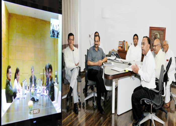उत्तर प्रदेश के मुख्यमंत्री श्री अखिलेश यादव से श्री बिल गेट्स 19 सितम्बर, 2014 को वीडियो काॅन्फ्रेंसिंग के माध्यम से वार्ता करते हुए।