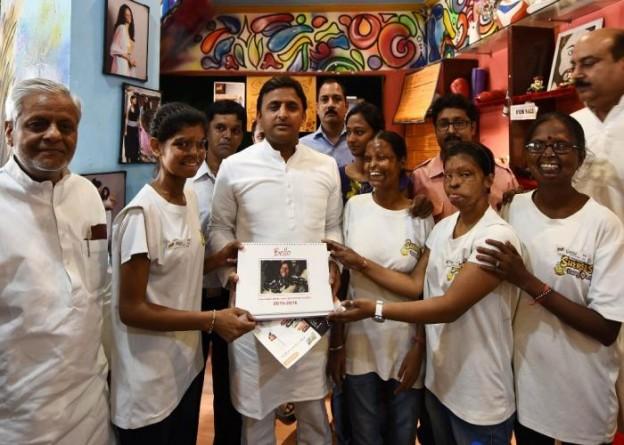 मुख्यमंत्री श्री अखिलेश यादव 20 सितम्बर, 2015 को आगरा में 'शेरोज़' हैंग आउट में पीडि़त महिलाओं से मुलाकात के दौरान उनके द्वारा प्रस्तुत कैलेण्डर स्वीकार करते हुए।