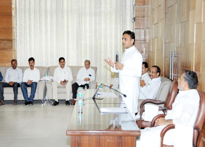 मुख्यमंत्री श्री अखिलेश यादव 21 सितम्बर, 2015 को लखनऊ स्थित अपने सरकारी आवास पर शिक्षामित्रों के प्रतिनिधिमण्डल को सम्बोधित करते हुए।