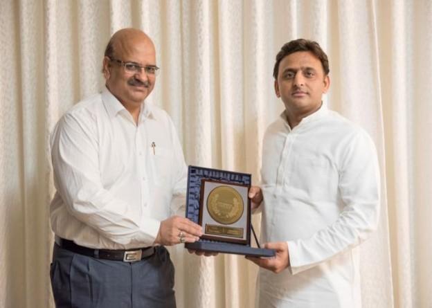 मुख्यमंत्री श्री अखिलेश यादव 1 अक्टूबर, 2015 को कल एक कार्यक्रम में 'मोस्ट कम्पटीटिव स्टेट' पुरस्कार मुख्य सचिव श्री आलोक रंजन को सौंपते हुए।
