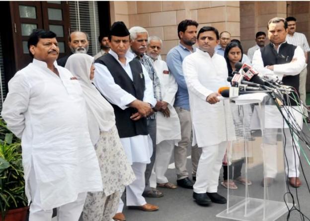 मुख्यमंत्री श्री अखिलेश यादव 4 अक्टूबर, 2015 को लखनऊ में दादरी घटना में मारे गए श्री अखलाक के परिजनों से भेंट के अवसर पर मीडिया को सम्बोधित करते हुए।