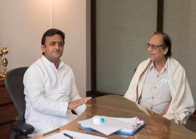मुख्यमंत्री श्री अखिलेश यादव 10 अक्टूबर, 2015 को अपने सरकारी आवास पर गज़ल गायक श्री गुलाम अली से मुलाकात करते हुए।