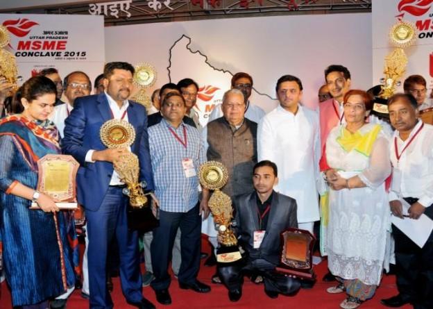 मुख्यमंत्री श्री अखिलेश यादव 10 अक्टूबर, 2015 को लखनऊ में 'अमर उजाला एम0एस0एम0ई0 काॅंन्क्लेव2015' के दौरान पुरस्कृत उद्यमियों के साथ।