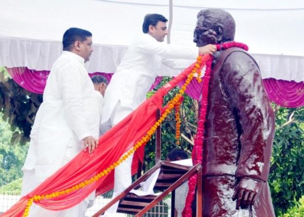 मुख्यमंत्री श्री अखिलेश यादव 12 अक्टूबर, 2015 को डाॅ0 राम मनोहर लोहिया की पुण्यतिथि पर लोहिया ट्रस्ट में स्थापित उनकी प्रतिमा पर माल्यार्पण करते हुए।