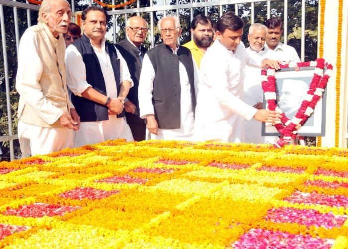 मुख्यमंत्री श्री अखिलेश यादव 31 अक्टूबर, 2015 को लखनऊ में आचार्य नरेन्द्र देव की समाधि पर श्रद्धासुमन अर्पित करने के बाद उनके चित्र पर माल्यार्पण करते हुए।