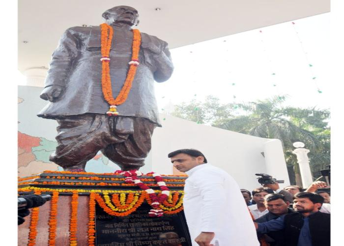मुख्यमंत्री श्री अखिलेश यादव 29 अक्टूबर, 2015 को जी0पी0ओ0 पार्क, लखनऊ में सरदार वल्लभ भाई पटेल को श्रद्धांजलि अर्पित करते हुए।