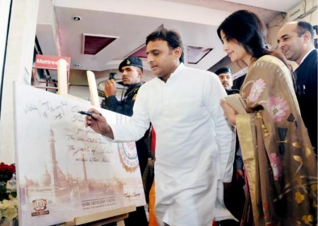 उत्तर प्रदेश के मुख्यमंत्री श्री अखिलेश यादव 29 अक्टूबर, 2015 को लखनऊ में अवधी आभूषणों के स्टूडियो लाॅन्च के अवसर पर।