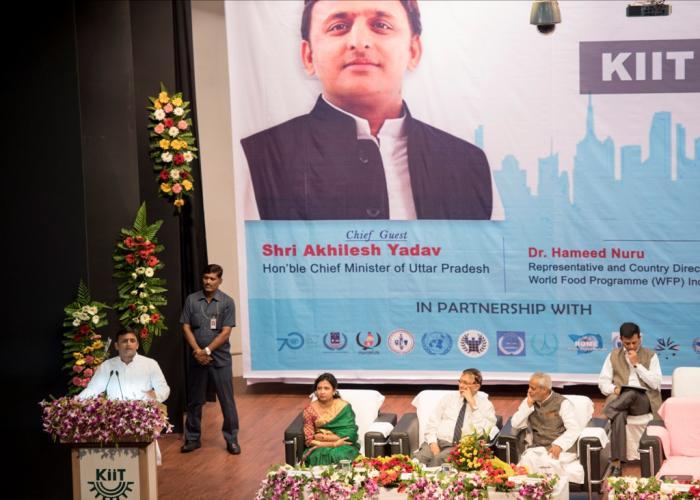 मुख्यमंत्री श्री अखिलेश यादव 30 अक्टूबर, 2015 को भुवनेश्वर, ओडिसा में 'किट इन्टरनेशनल माॅडल यूनाइटेड नेशन्स2015' कार्यक्रम को सम्बोधित करते हुए।