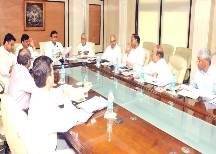 23 सितम्बर, 2014 को शास्त्री भवन, लखनऊ में उत्तर प्रदेश के मुख्यमंत्री श्री अखिलेश यादव ऊर्जा विभाग के कार्याें की समीक्षा करते हुए।