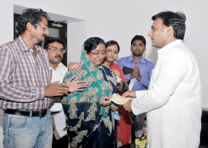 मुख्यमंत्री श्री अखिलेश यादव 10 नवम्बर, 2015 को अपने सरकारी आवास पर फतेहपुर निवासी दिवंगत शिवम शुक्ला के परिजनों को आर्थिक सहायता का चेक प्रदान करते हुए।