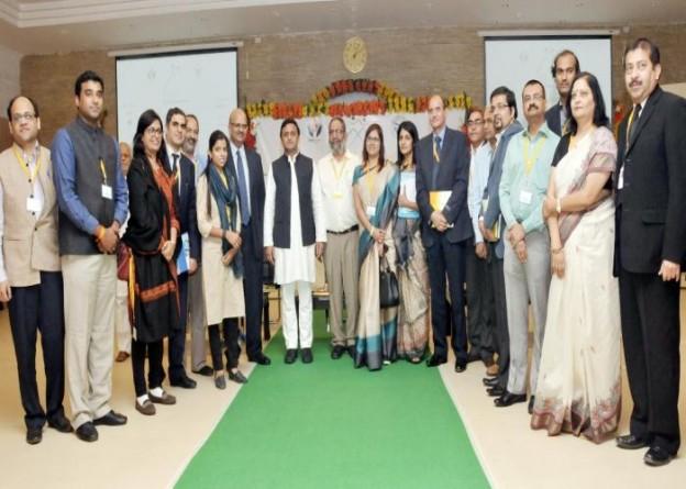 मुख्यमंत्री श्री अखिलेश यादव 14 नवम्बर, 2015 को लखनऊ में 'मंच' सोशल इण्टरप्राइज समिट उ0प्र0 2015 कार्यक्रम के अवसर पर प्रतिभागियों के साथ।