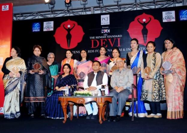 उत्तर प्रदेश के मुख्यमंत्री श्री अखिलेश यादव 13 नवम्बर, 2015 को लखनऊ में देवी अवार्ड से सम्मानित महिलाओं के साथ।
