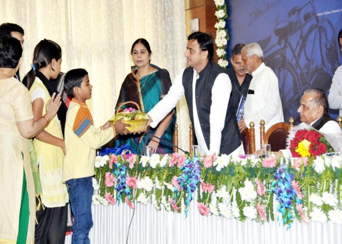 मुख्यमंत्री श्री अखिलेश यादव 14 नवम्बर, 2015 को लखनऊ में पुस्तक 'वीकेस्ट आॅन अर्थआॅर्फन्स आॅफ इण्डिया' के लाँच के उपरान्त अनाथ बच्चों को उपहार देते हुए।