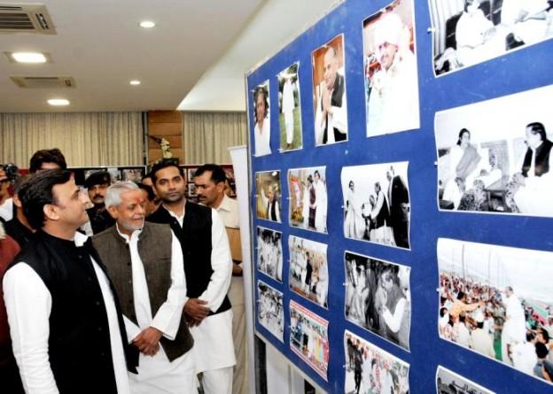 मुख्यमंत्री श्री अखिलेश यादव 22 नवम्बर, 2015 को फोटो प्रदर्शनी 'फर्श से अर्श तक' तथा 'समाजवादी विचारधारा और संघर्ष की गाथा' छायाचित्रों का दीप प्रज्ज्वलित करते हुए।