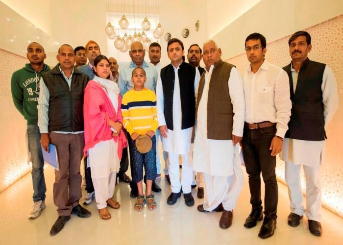 मुख्यमंत्री श्री अखिलेश यादव 30 नवम्बर, 2015 को दिवंगत पुलिस निरीक्षक श्री अनिल कुमार की पत्नी तथा अन्य परिजनों ने मुलाकात की।