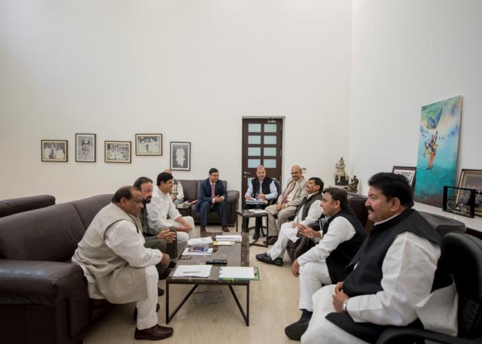 मुख्यमंत्री श्री अखिलेश यादव 1 दिसम्बर, 2015 को आयोजित एक उच्च स्तरीय बैठक के दौरान कृषि विभाग द्वारा संचालित विभिन्न कार्यक्रमों की समीक्षा करते हुए।