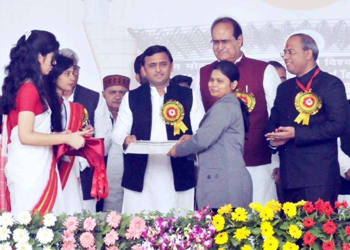 मुख्यमंत्री श्री अखिलेश यादव 2 दिसम्बर, 2015 को गोरखपुर में मदन मोहन मालवीय प्रौद्योगिकी विश्वविद्यालय के स्थापना दिवस पर एक छात्रा को सम्मानित करते हुए।
