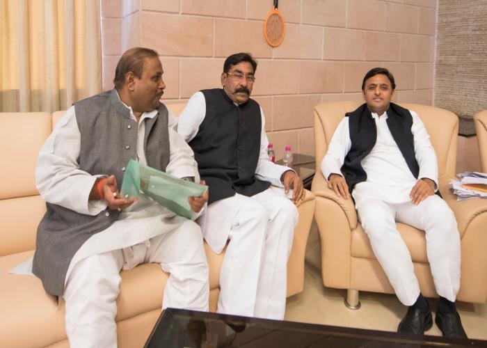 मुख्यमंत्री श्री अखिलेश यादव से 3 दिसम्बर, 2015 को उनके सरकारी आवास पर बिसवां, सीतापुर के विधायक श्री रामपाल यादव ने मुलाकात की। साथ में हैं, श्री शिवकुमार गुप्ता।