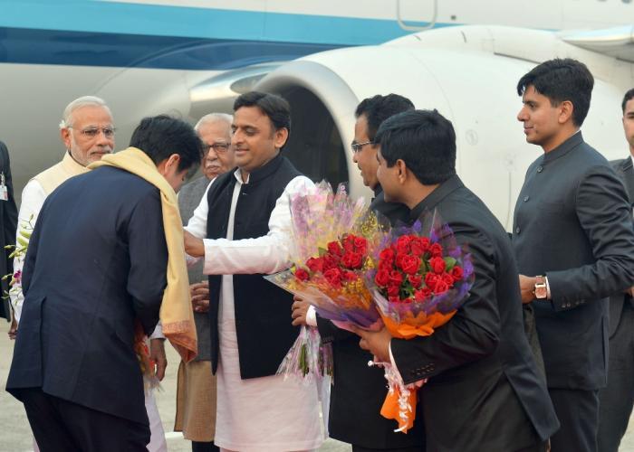 मुख्यमंत्री श्री अखिलेश यादव 12 दिसम्बर, 2015 को बाबतपुर हवाई अड्डे पर जापान के प्रधानमंत्री श्री शिंजो आबे का स्वागत करते हुए।