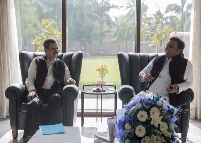 मुख्यमंत्री श्री अखिलेश यादव से उनके सरकारी आवास 5, कालिदास मार्ग पर इन्कम टैक्स के प्रिंसिपल चीफ कमिश्नर श्री एस0 के0 मिश्रा ने मुलाकात की।