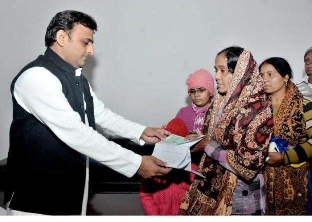 मुख्यमंत्री श्री अखिलेश यादव 21 दिसम्बर, 2015 को अपने सरकारी आवास पर दिवंगत पत्रकार श्री एस0के0 ग्वाल के आश्रितों को 20 लाख रुपये की आर्थिक सहायता का चेक देते हुए।