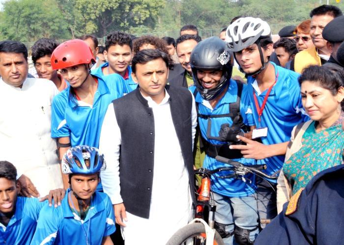 मुख्यमंत्री श्री अखिलेश यादव 20 दिसम्बर, 2015 को लखनऊ के गुरु गोविन्द सिंह स्पोट्र्स काॅलेज में आयोजित साइकिल स्टंट प्रतियोगिता2015 के खिलाडि़यों के साथ।