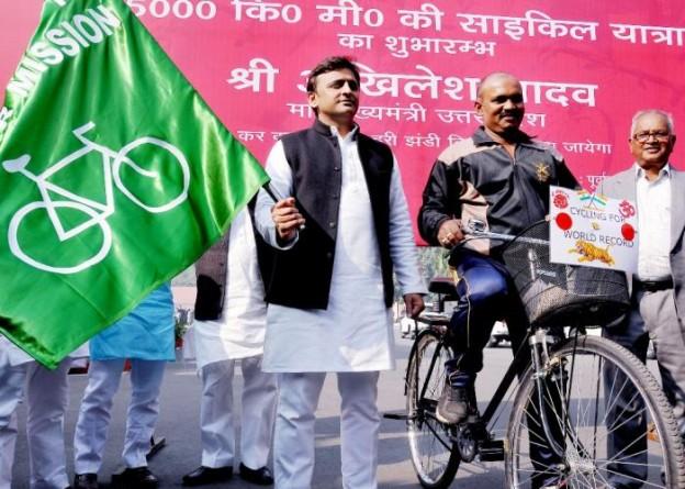 मुख्यमंत्री श्री अखिलेश यादव 28 दिसम्बर, 2015 को पूर्व सैनिक श्री हरिशंकर यादव को दिल्ली की साइकिल यात्रा के लिए हरी झण्डी दिखाकर रवाना करते हुए।