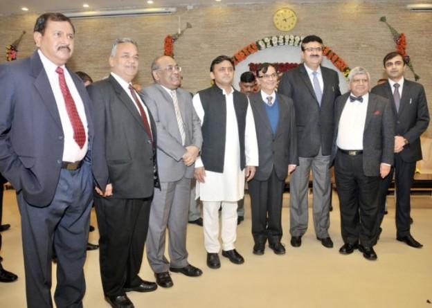 मुख्यमंत्री श्री अखिलेश यादव से 1 जनवरी, 2016 को उनके सरकारी आवास पर नव वर्ष की शुभकामनाओं का आदानप्रदान करते हुए वरिष्ठ अधिकारीगण।