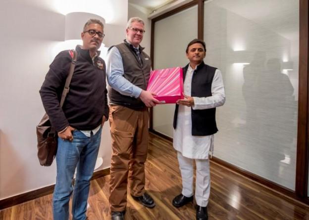 मुख्यमंत्री श्री अखिलेश यादव से 16 जनवरी, 2016 को लखनऊ स्थित उनके सरकारी आवास पर ब्रिटेन के लाँगलीट इण्टरप्राइजेज के विशेषज्ञ डाॅ0 जोनाथन क्रैकनेल ने भेंट की।