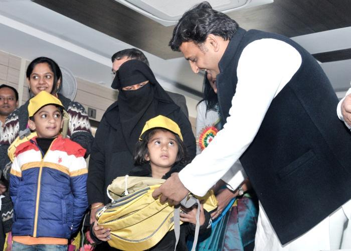 मुख्यमंत्री श्री अखिलेश यादव 18 जनवरी, 2016 को हाॅस्पिटल का उद्घाटन कार्यक्रम में स्माइल ट्रेन प्रोजेक्ट के तहत उपचारितबच्चों को बैग भेंट करते हुए।