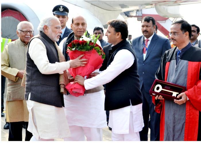 मुख्यमंत्री श्री अखिलेश यादव 22 जनवरी, 2016 को चैधरी चरण सिंह अन्तर्राष्ट्रीय हवाई अड्डे पर प्रधानमंत्री श्री नरेन्द्र मोदी का गुलदस्ता भेंट कर स्वागत करते हुए।