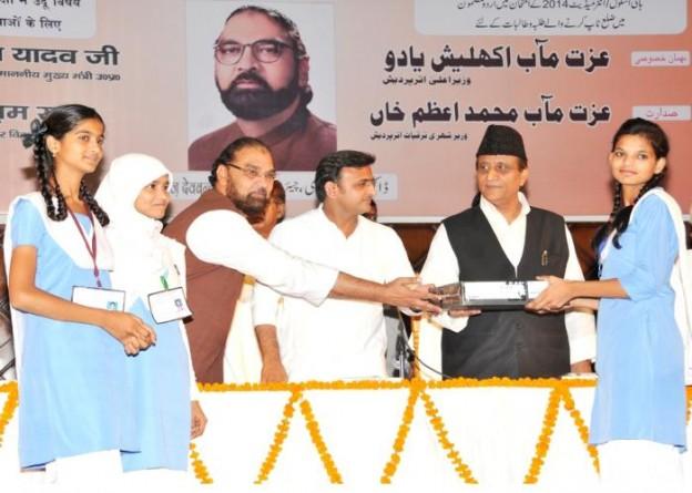 27 सितम्बर, 2014 लखनऊ में उर्दू विषय में टाॅप करने वाली छात्रा को मुख्यमंत्री श्री अखिलेश यादव लैपटाॅप प्रदान करते हुए।