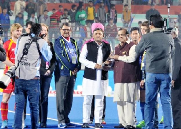 मुख्यमंत्री श्री अखिलेश यादव 22 जनवरी, 2016 को गुरुगोविंद सिंह स्पोट्र्स काॅलेज में आयोजित हाॅकी मैच से पहले आयोजक स्मृति चिन्ह् भेंट करते हुए।